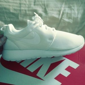 Size 8.5 FIT LIKE 7.5 Nike Womens Roshe ones